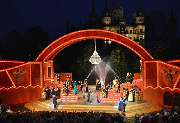 Schlossfestspiele Schwerin: 41 Mikros auf 18 Fadern