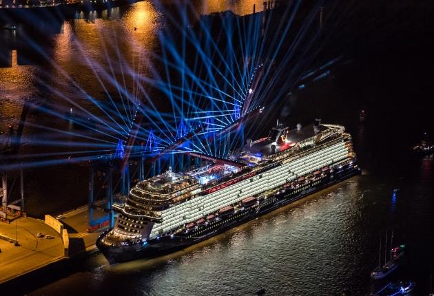 Lichtdesigner Martin Kuhn setzt für die Taufe der Mein Schiff 1 auf 200 Proteus Hybrid