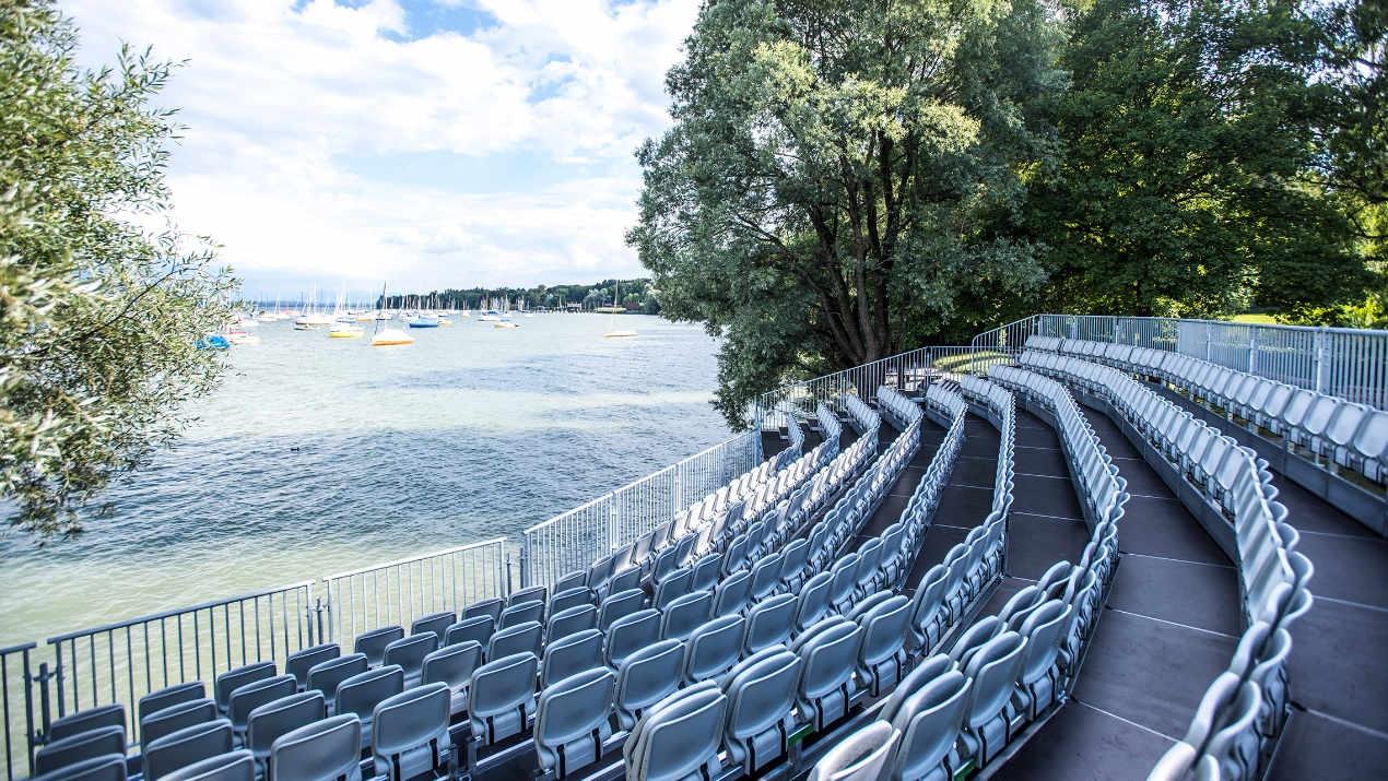 Opera und Layher errichten aufwändige Sitztribüne für die Seebühne Utting