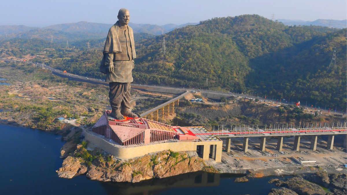 51 Christie Crimson lassen die größte Statue der Welt erstrahlen