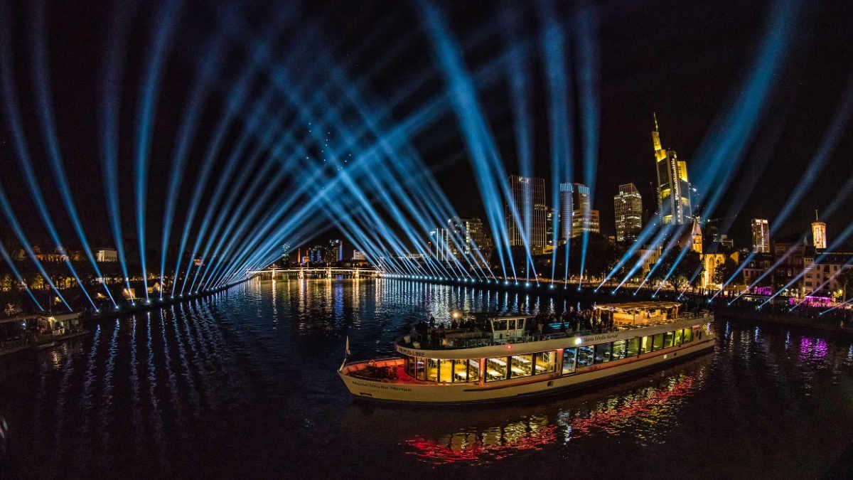 bright! verzaubert beim Altstadtfest den Frankfurter Nachthimmel