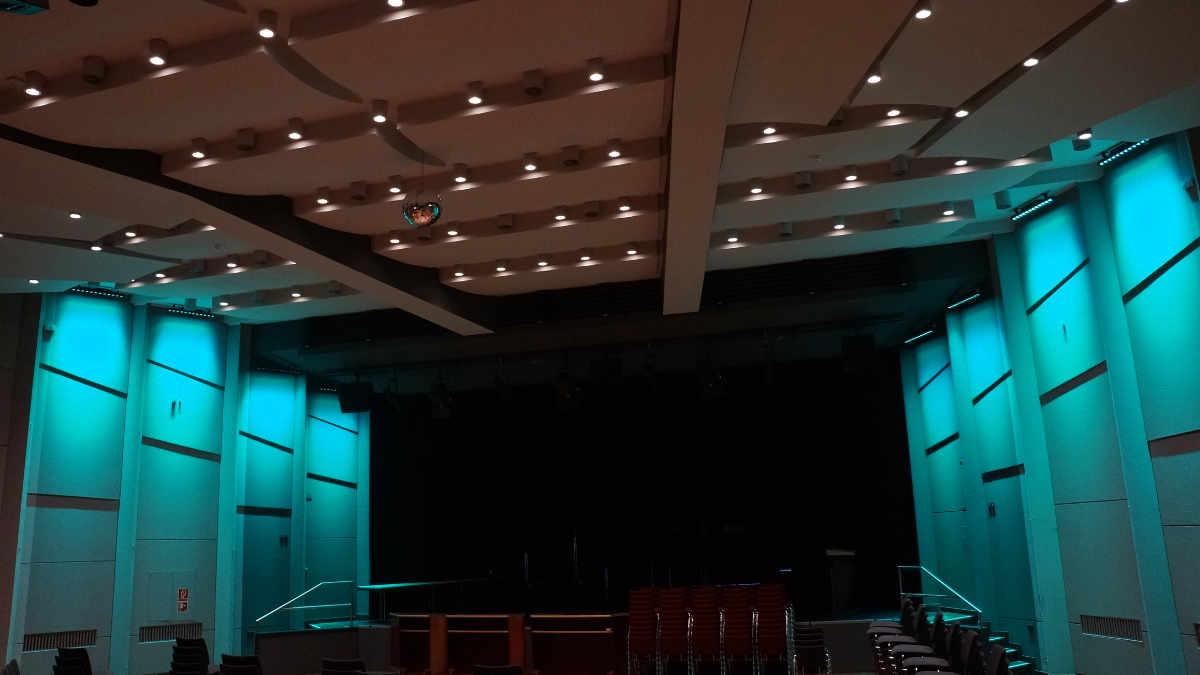 Feiner Lichttechnik erneuert die Saalbeleuchtung in der Stadthalle Deggendorf