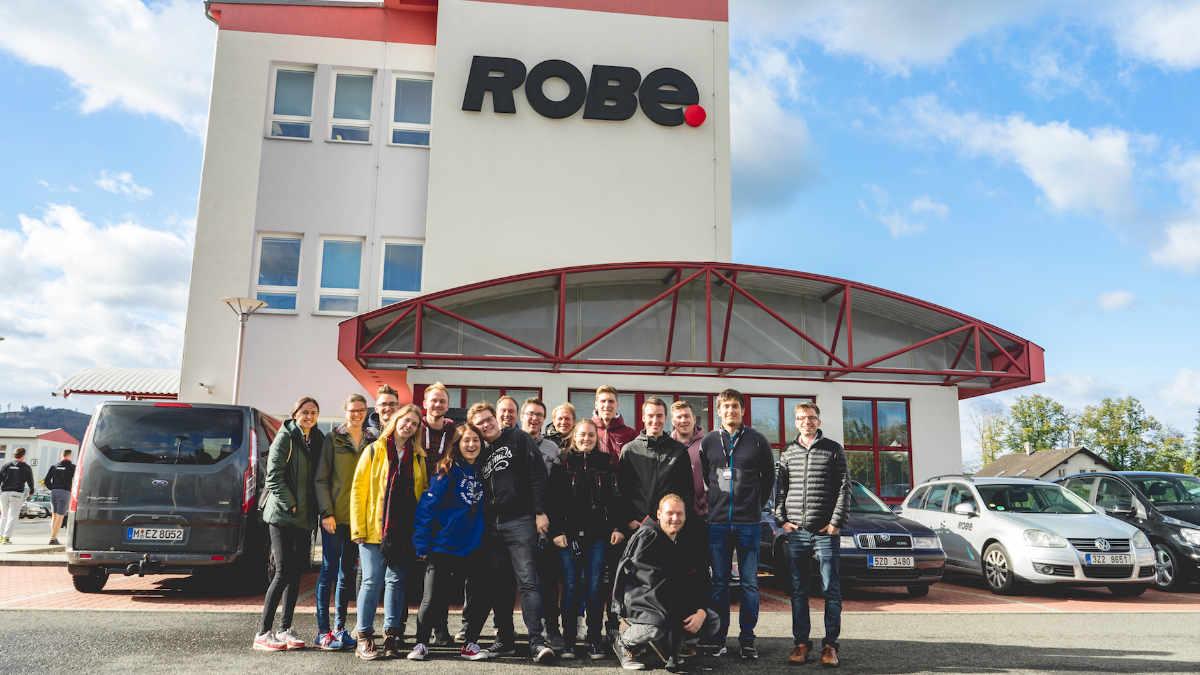 Studenten mit Next ROBE Generation auf Werkstour