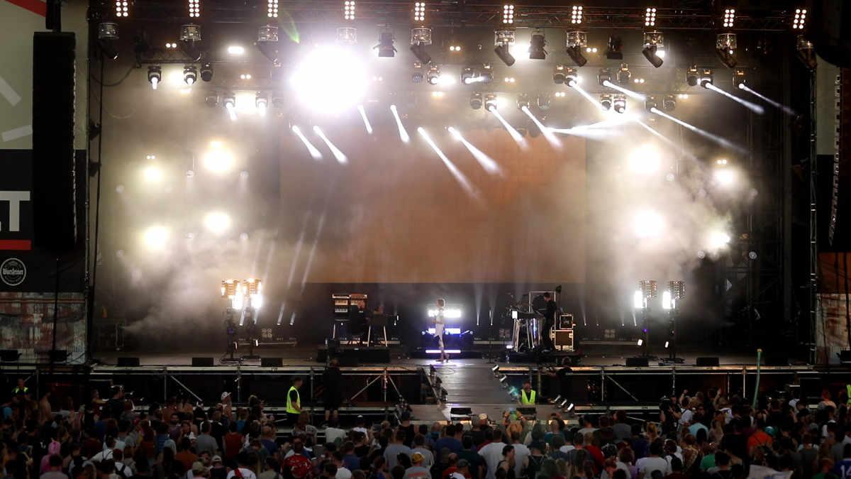 Hundreds und das Orange Light Team gehen mit PROLIGHTS auf Tour