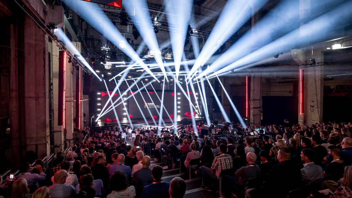 Björn Herrmann setzt auf ROBE RoboSpot beim YouTube GOLDENE KAMERA Digital Award
