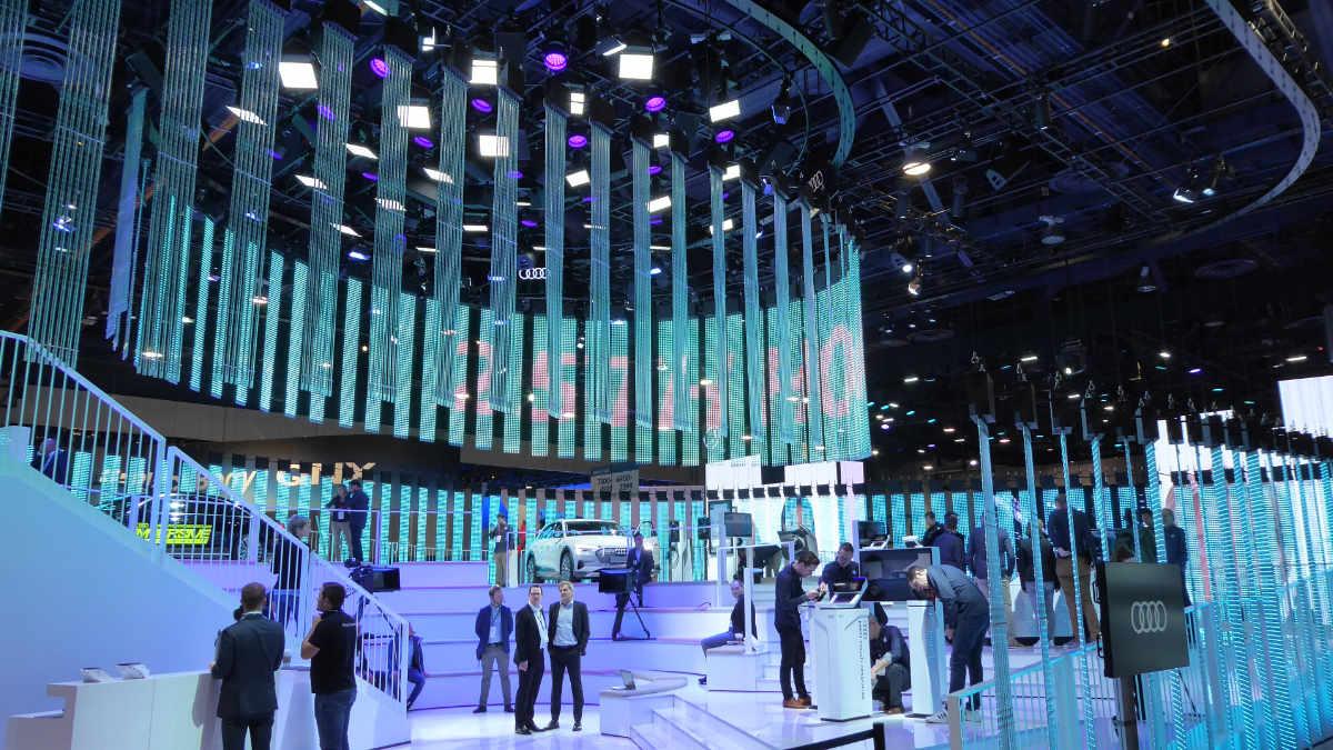 tennagels mit effektvoller LED-Installation auf der CES Las Vegas
