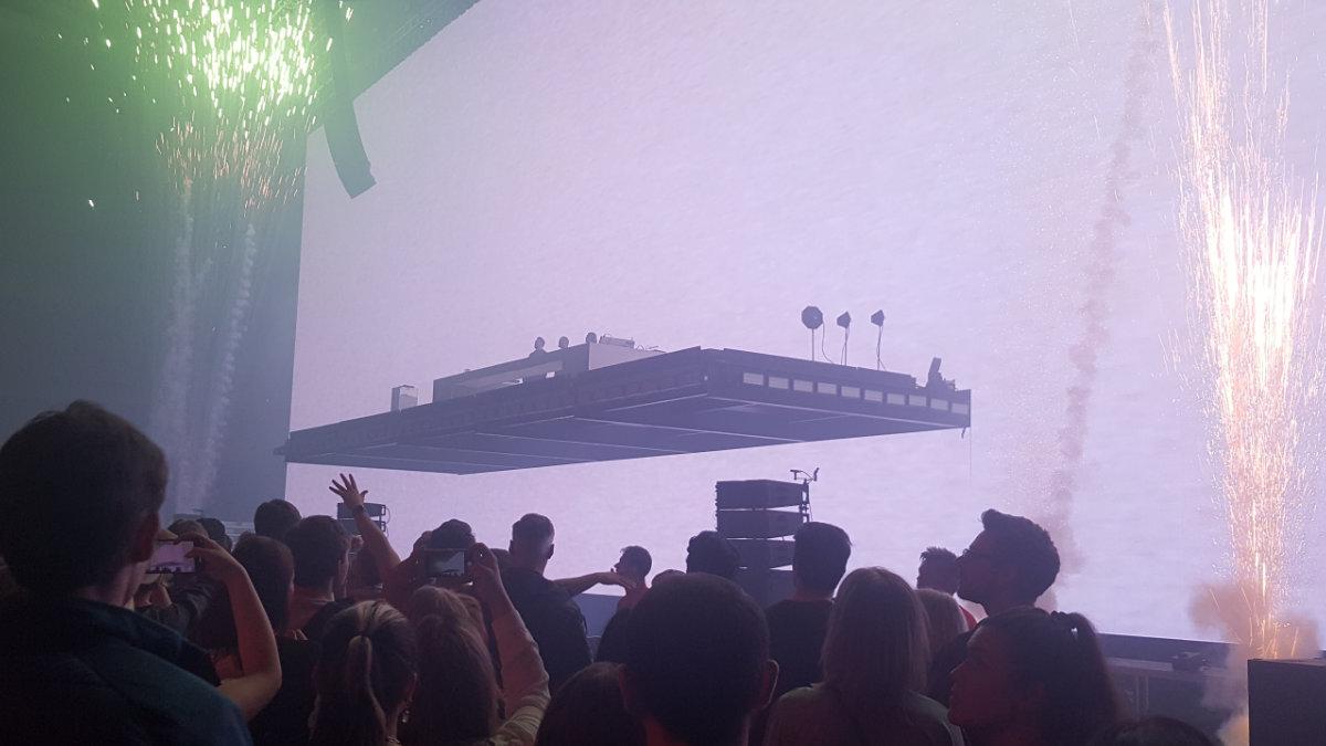Stageco lässt die Bühne der  Swedish House Mafia schweben