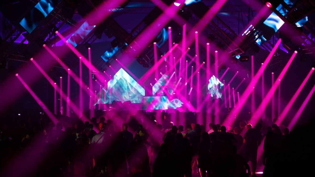 Bemo Moser beleuchtet das Century Circus-Zelt beim NATURE ONE mit Cameo