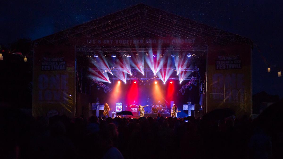 Miet-PA beschallt das Sunrise Festival mit einem VIO L212 System von dBTechnologies