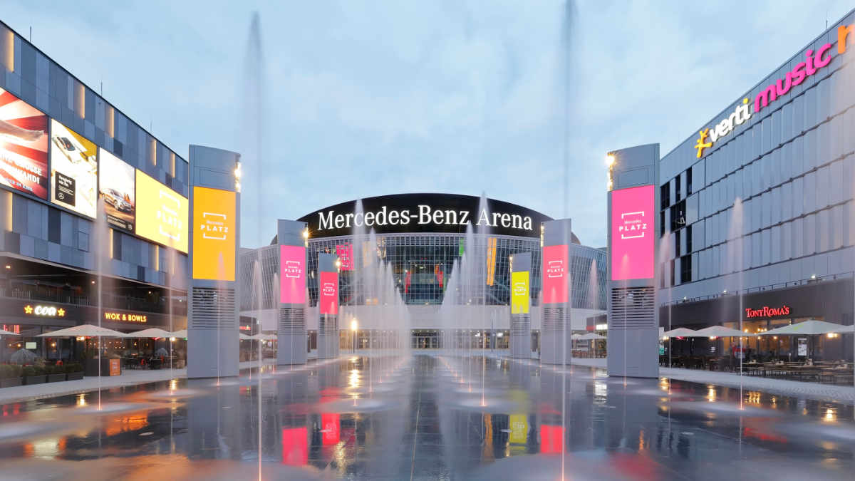 tennagels realisiert LED-Installation am Mercedes Platz Berlin