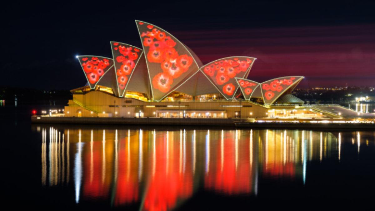 The Electric Canvas projiziert mit Christie Crimson auf das Sydney Opera House