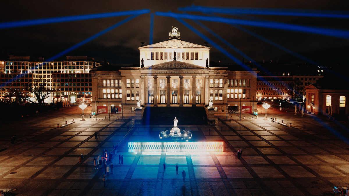 Florian Fritsch illuminiert die Warming Stripes auf dem Gendarmenmarkt