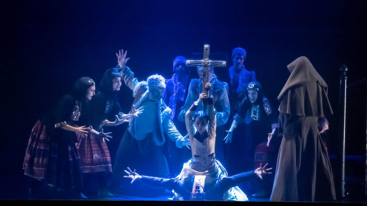David Grill beleuchtet Dracula mit Scheinwerfern von GLP