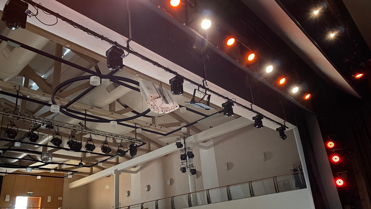 Feiner Lichttechnik und BTB erneuern das Oberlicht in der Stadthalle Gernsheim