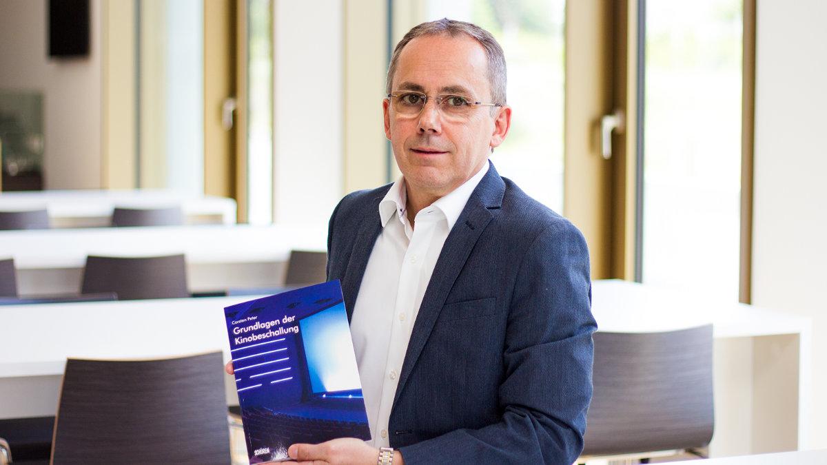 Carsten Peter stellt das Fachbuch Grundlagen der Kinobeschallung vor