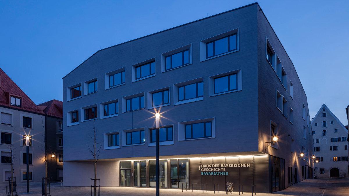 Salzbrenner media installiert Medien- und Bühnenlichttechnik in der Bavariathek