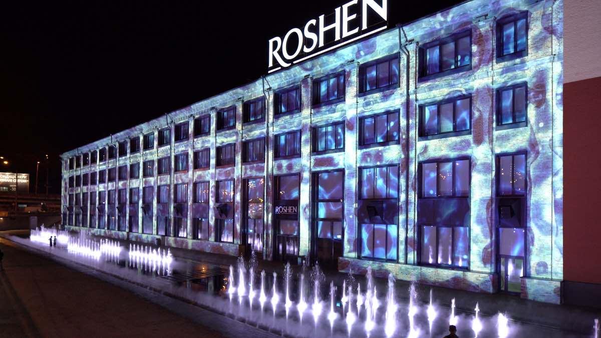 Les Éclaireurs lässt mit M-Vision Laser 21000 Projektoren die Roshen-Fabrik erleuchten