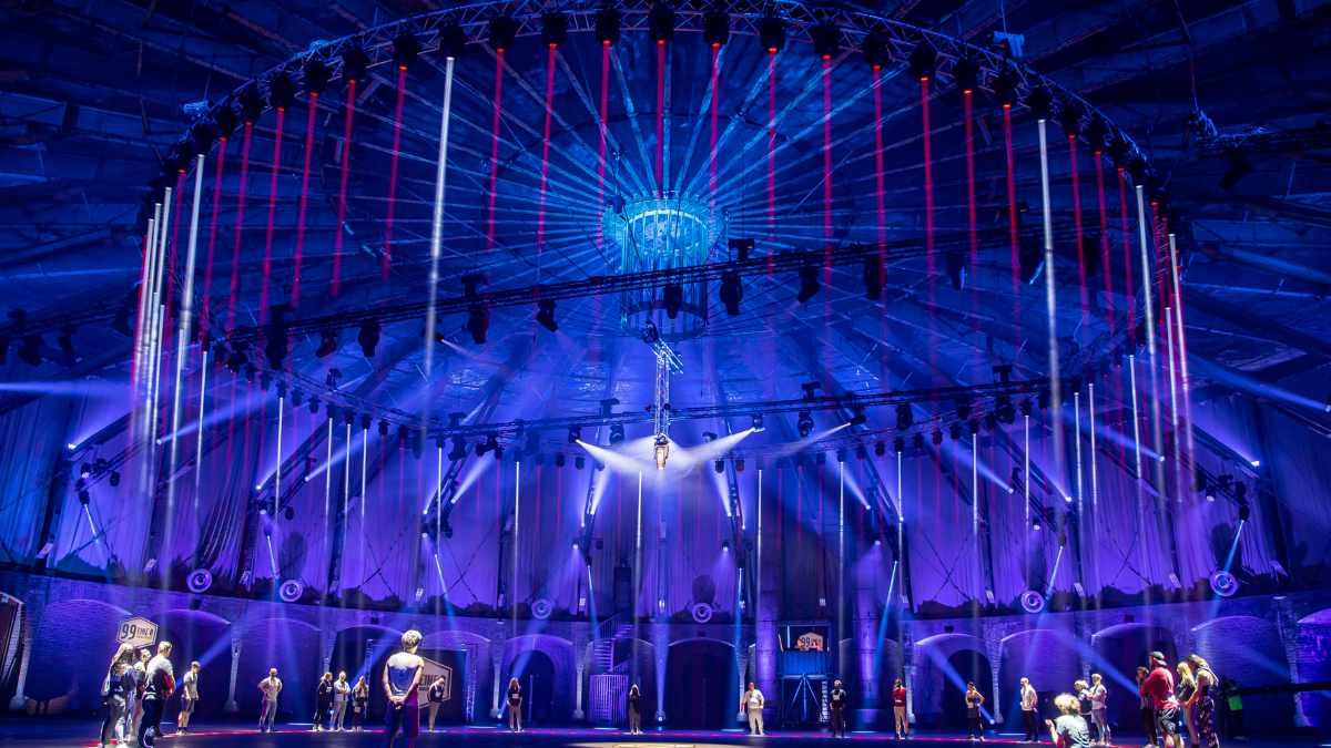 ROBE LEDBeam 350 beleuchtet die Show 99 – Eine:r schlägt sie alle!
